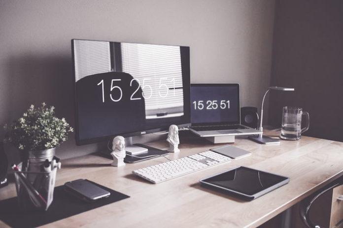 Praca z komputerem – jak zadbać o odpowiednie oświetlenie?