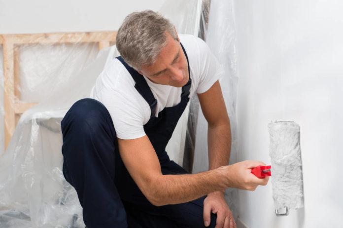 Jak pomalować pokój w bezpieczny sposób? Najważniejsze zalecenia BHP dotyczące używania farb do ścian