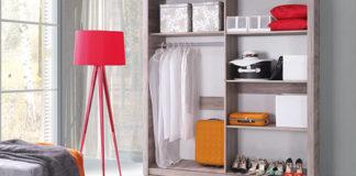 Mini garderoba o wielkich możliwościach. Jak zaaranżować ją w sypialni?