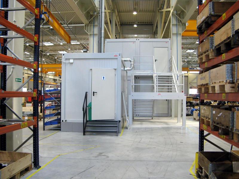 kontenery socjalne wewnątrz hali produkcyjnej